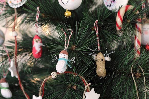 Adornos-Navidad- Cacahuetes.. Fuente: www.conbotasdeagua.com