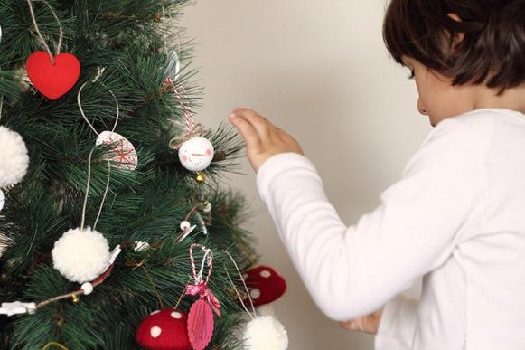 Adornos-Navidad en el arbol. Fuente: www.conbotasdeagua.com